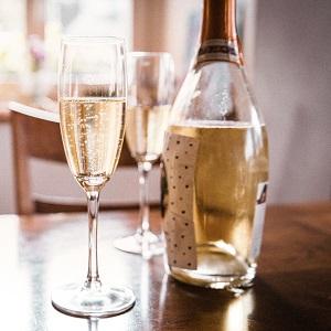 Foto mit einer Champagnerflasche und zwei Gläsern. Jetzt wird angestoßen!