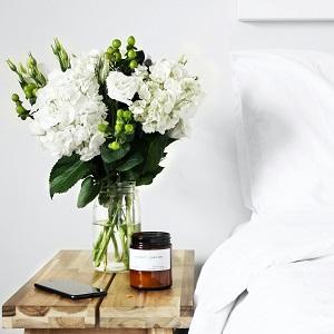 Nachttisch mit frischen Blumen - Marketing für den privaten Verkauf Ihrer Immobilie