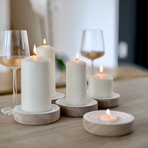 Detailfoto von Kerzen und vollen Weingläsern - Marketing für den privaten Verkauf Ihrer Immobilie